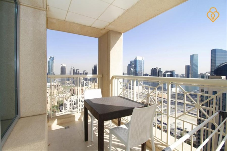 Downtown Dubai Holiday Rentals 1 Bedroom Apartment In With Swimming Pool Dubaiapartmentsaccommodation